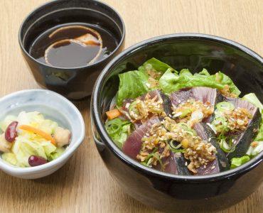 鰹のたたき丼<br />  800円(税込880円)